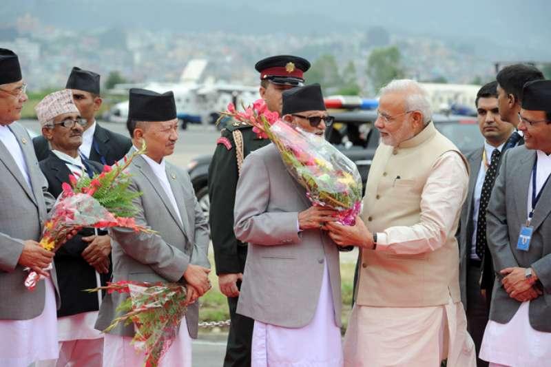 尼國總理柯伊拉臘親赴特里布萬國際機場迎接莫迪(2014年8月3日)。(圖/維基共享資源)