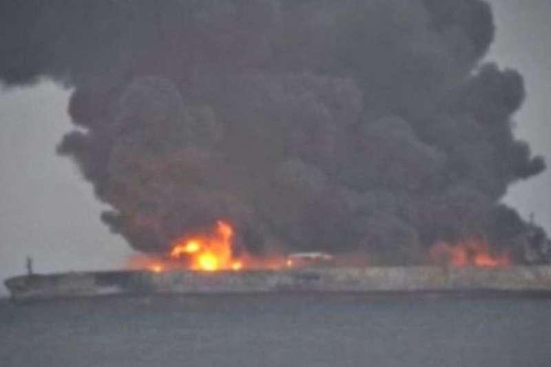 油輪上32名船員仍處於失蹤狀態。(BBC中文網)