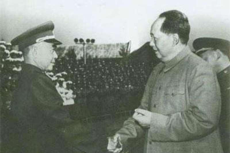 陳明仁(左)與毛澤東(取自網路)
