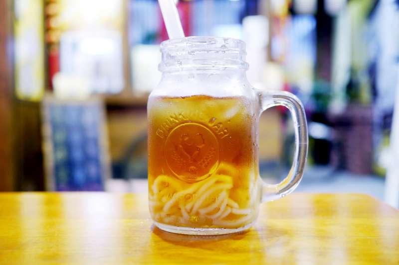 喝手搖飲已經成為許多現代人每日例行公事,但你知道小小一杯暗藏多少健康危機嗎?(示意圖/取自Alex Jun@Flickr)