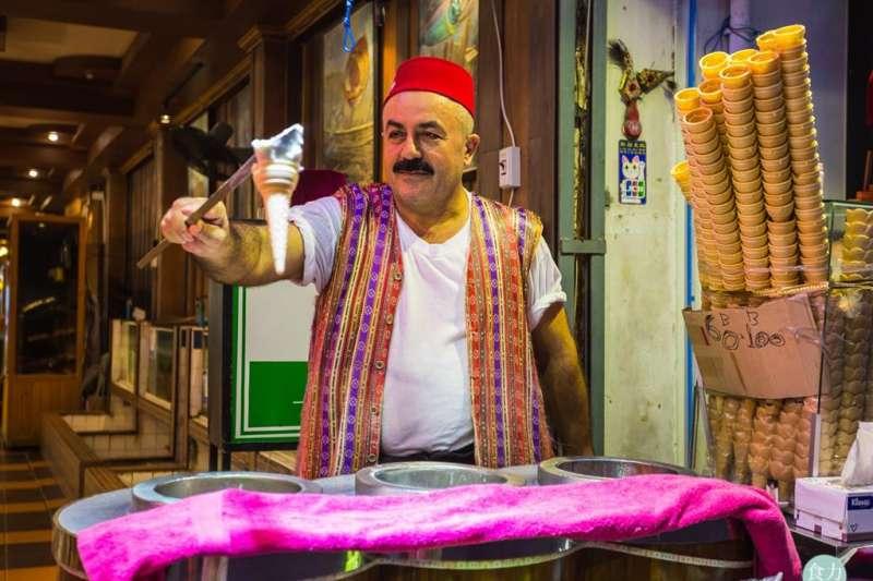 土耳其冰淇淋使用Salep這個特殊原料提供了它特殊的黏性。(圖/食力foodNEXT提供)