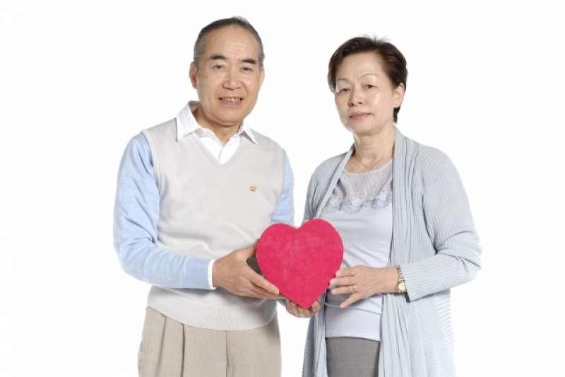 中高年為主的相親會,以男性45歲以上,女性40歲以上單身才有資格,必須提出單身證明書。(示意圖非本人/acworks@photoAC)