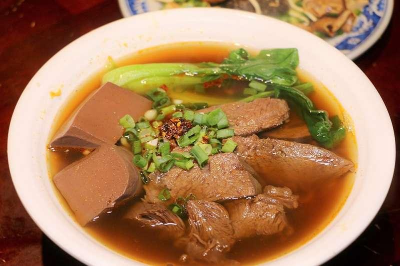 由於台灣年屠宰鴨隻的產量不足以供應全鴨血市場所需,因此市售的鴨血產品中,多半是以雞鴨鵝之禽血混合製作而成,其正確的產品名稱應為「禽血」或是「水血」。(圖/羽諾 諾咪@flickr)