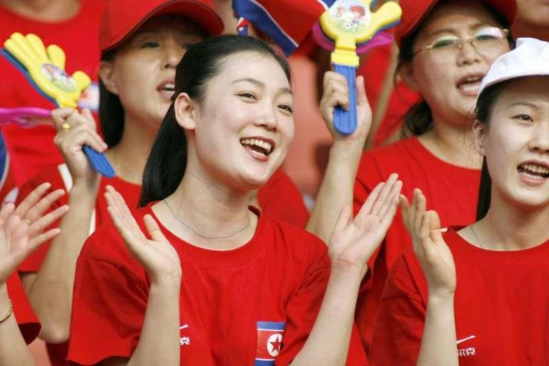 北韓國家啦啦隊的姑娘們肩負著展示祖國形象的重任,她們不時走出國門。(BBC中文網)