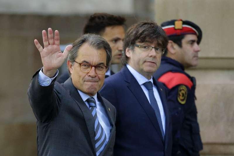 加泰隆尼亞自治政府前主席馬斯(左)與流亡海外的普吉德蒙(AP)