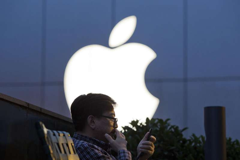 美國總統川普18日對中國施加最新一輪關稅,但豁免Apple Watch等消費電子產品,隨著美中貿易戰升溫,蘋果面臨的威脅也日益加大。(資料照,美聯社)