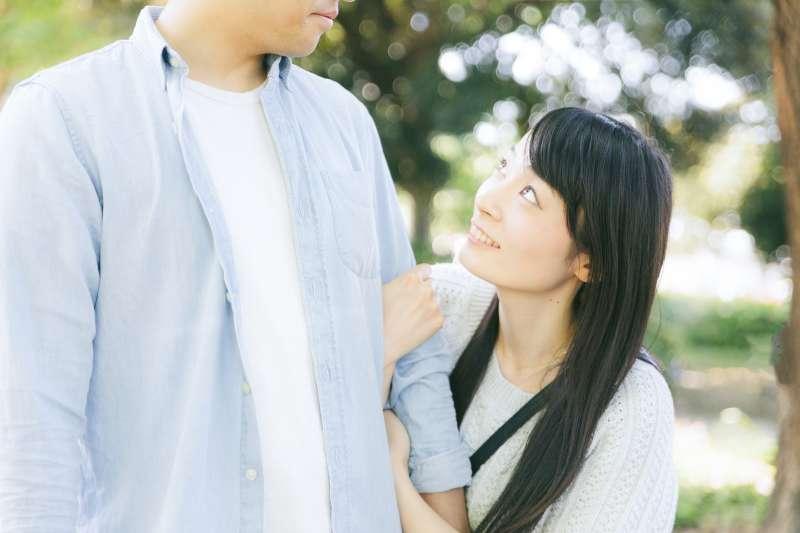 女生傾向透過訴說心事發洩情緒,可是男人不太一樣。(示意圖非本人/pakutaso)