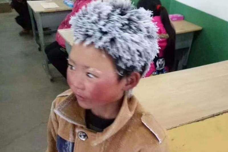 冰花男孩王福滿走4.5公里山路上學,頭髮、睫毛上沾滿了冰霜,讓人心疼。(取自網路)