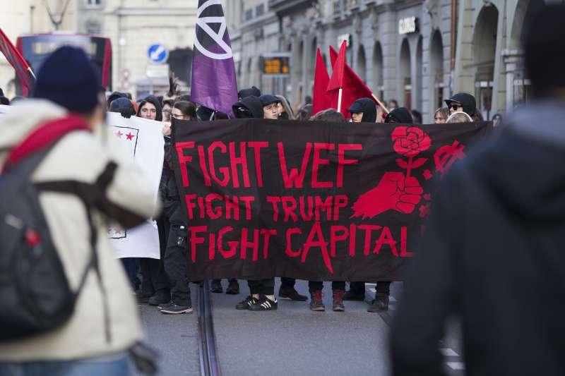 瑞士首都伯恩500人上街抗議美國總統川普將出席本月登場的世界經濟論壇(AP)