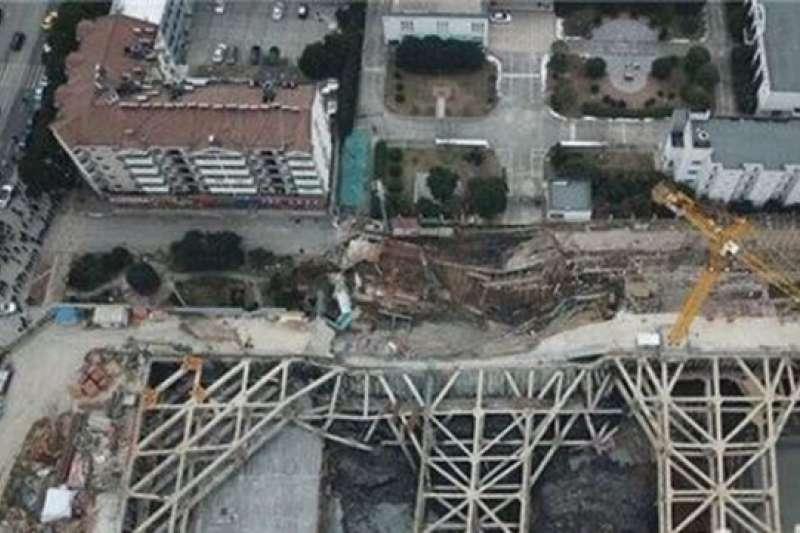 南京建案工地大面積塌陷,居民凌晨撤離。(取自網路)
