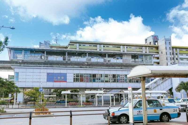 從單軌電車「小祿」站步行1分鐘,便能抵達沖繩最好買的超市-AEON那霸店(イオン那覇店)。(圖/健行文化提供)