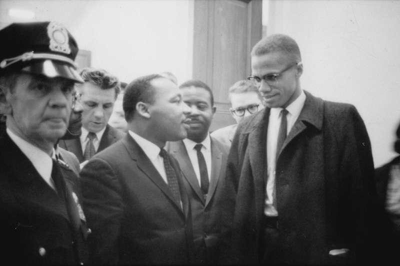 美國黑人民權運動領袖馬丁路德金恩博士(左)與麥爾坎.X首次會面,也是2人唯一一次見面(翻攝網路)