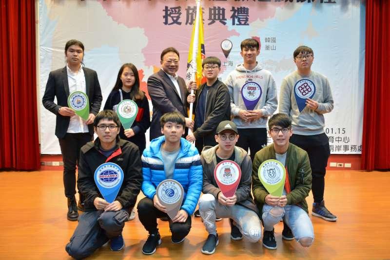 中華大學全額補助大一學生海外體驗學習5天4夜,15日舉行授旗儀式,校長劉維琪(後排左3)誓言培育學生成為具備全球視野與國際移動力之跨領域人才。(圖/中華大學提供)