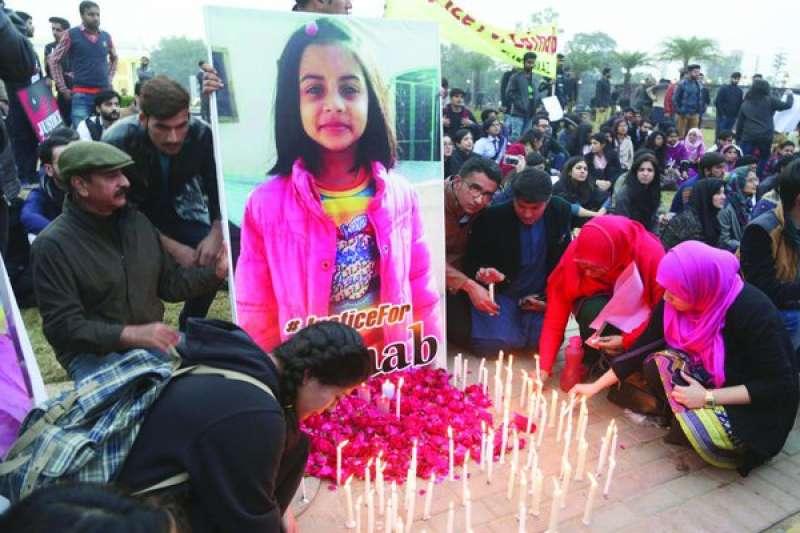 巴基斯坦拉和爾的示威民眾點起蠟燭,悼念慘遭殺人魔姦殺的小女孩塞娜布(AP)