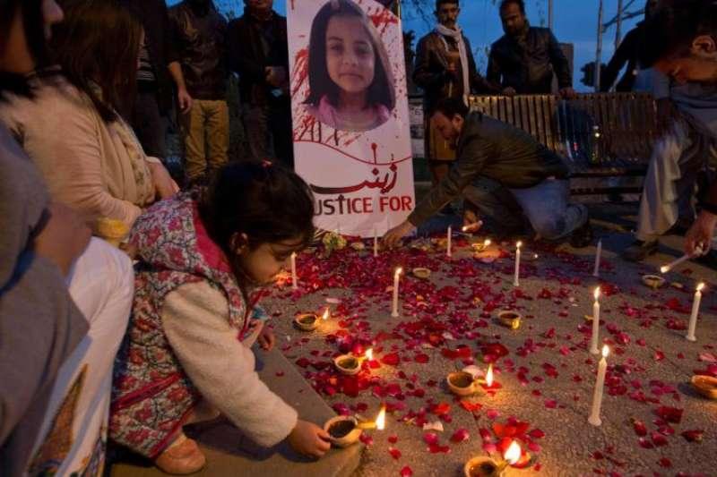 巴基斯坦首都伊斯蘭馬巴德的民眾11日點起蠟燭悼念遇害的女童塞娜布(AP)