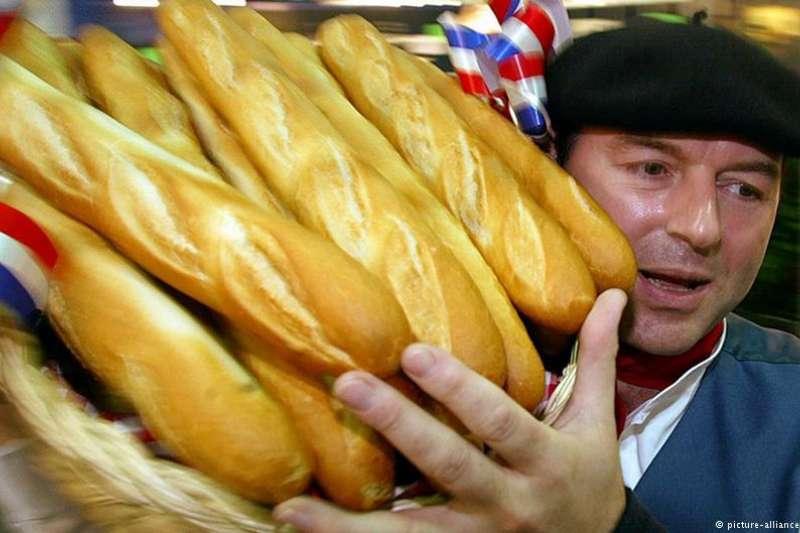 對於法國人而言,法式長棍麵包(baguette)像法國紅酒和卡蒙貝爾乳酪(軟的白黴圓餅形乳酪)一樣,是該國美食珍寶和民族驕傲。(德國之聲)