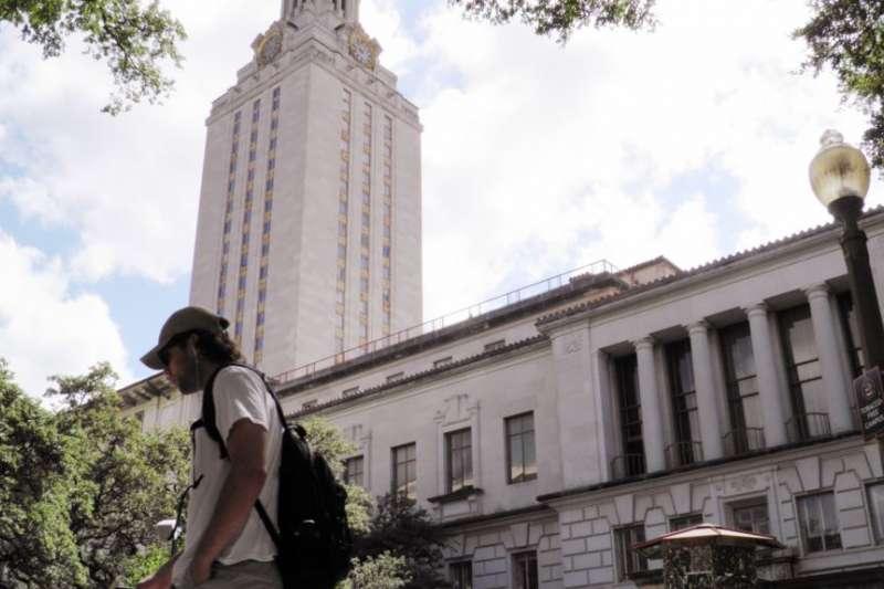 在美國德克薩斯大學奧斯汀分校,有學生走過鐘樓。(美國之音)