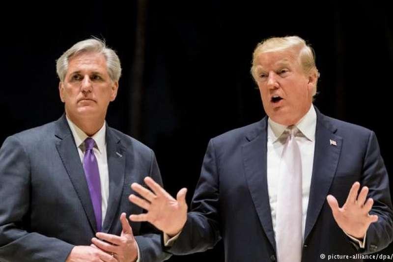 川普與共和黨議員麥卡錫( Kevin McCarthy,左)(德國之聲)