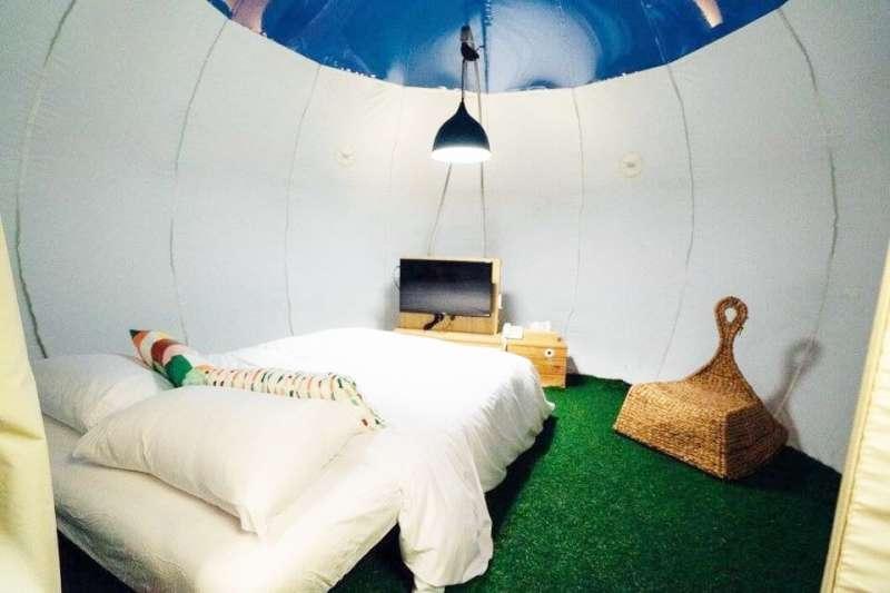 誰說出去玩只能住青年旅館或飯店?這些帳篷、露營車全都超有趣!(圖/淡水巴黎 新北市八里文化公園露營區 Campinginbali@Facebook)