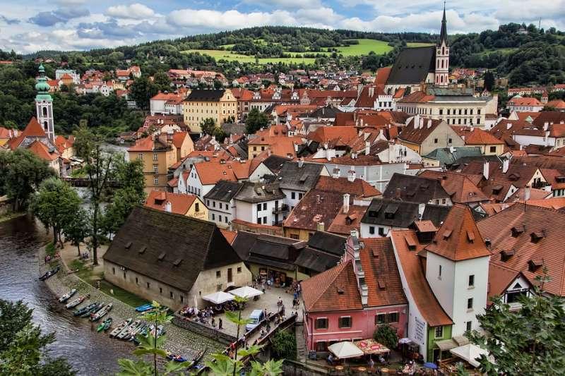 捷克布拉格是擁有許多浪漫景點,非常適合與戀人同遊。(圖/pixabay)