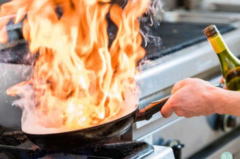 酒身為有機溶劑,浸泡香料、肉類時,能萃取出某些不溶水的香氣;另外,使用酒、醋調味時,兩者遇高溫產生酯類,也就是香料的主要成分。(圖/食力foodNEXT提供)