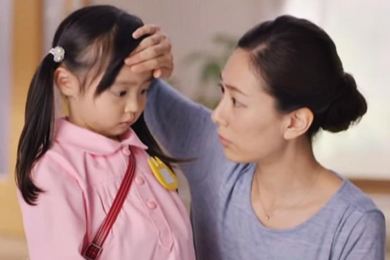 幼兒發燒、喉嚨痛,父母別輕忽「扁桃腺炎」的嚴重性。(示意圖非本人/翻攝自youtube)