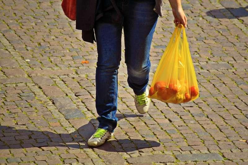 台灣人的日常生活相當依賴塑膠袋,每人每年平均使用782個塑膠袋。(示意圖/cocoparisienne@pixabay)