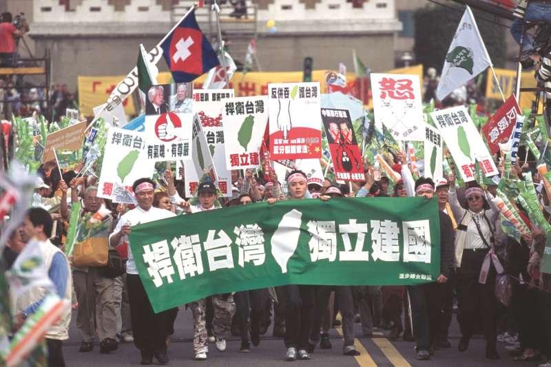 作者表示,「天然獨」已然成形且成群,在25歲以下的年輕朋友與小朋友們,越來越多自稱是台灣人,而不是中華民國國民或中國人。(資料照,新新聞資料照)