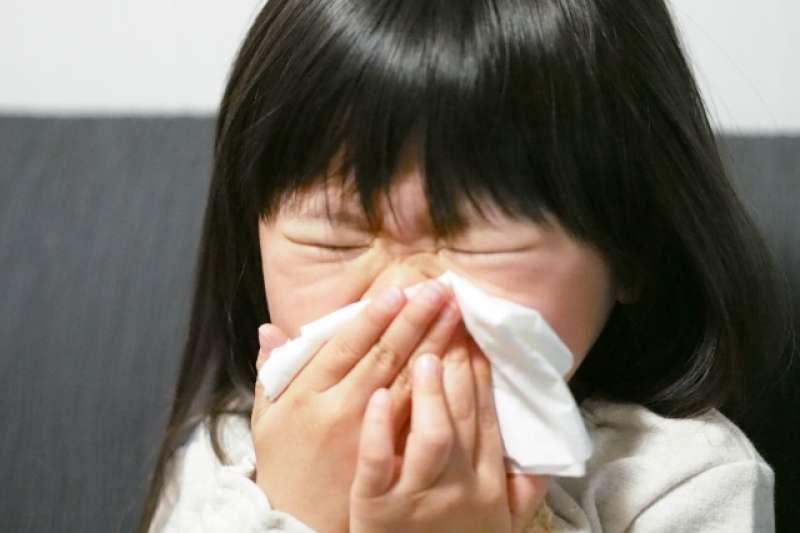 若發燒時伴隨幼兒活力不好、呼吸加速或脫水的狀況,應盡速就醫。(示意圖非本人/photoAC)