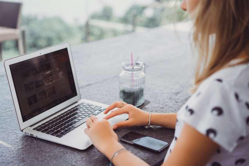 蘋果創辦人賈伯斯認為,MacBook上的商標方向,會影響人們對「使用蘋果筆電」的模仿心理。(圖/shutterstock)