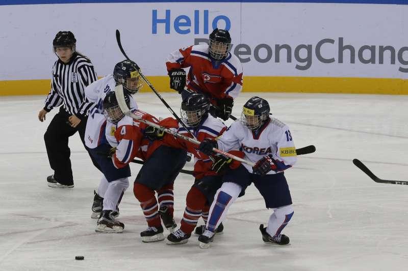 南韓(白)與北韓(紅)女子冰上曲棍球(冰球)代表隊曾在國際賽事交手,但在平昌冬奧將組成聯合代表隊(AP)
