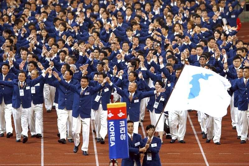 2002年釜山亞運,兩韓代表團持「朝鮮半島旗」(統一旗)一起進場。(AP)