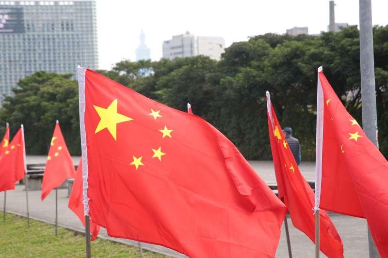20180117-愛國同心會17日於民進黨中央對面的華山大草坪陳抗,並於現場插滿五星旗。(顏麟宇攝)