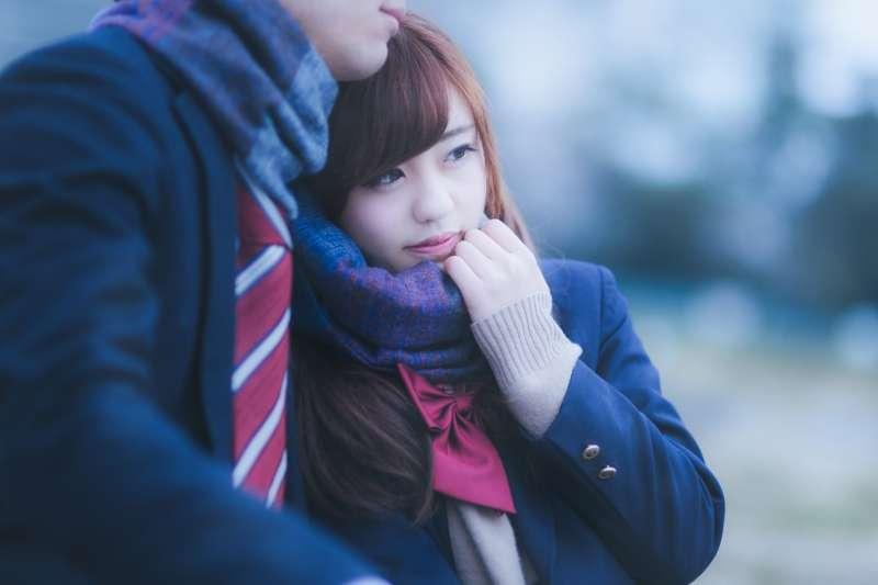 青春期的女孩穿上充滿著男生氣味的外套,就會感覺與對方變得非常親近,讓她沉醉不已。(示意圖非本人/河村友歌@pakutaso)