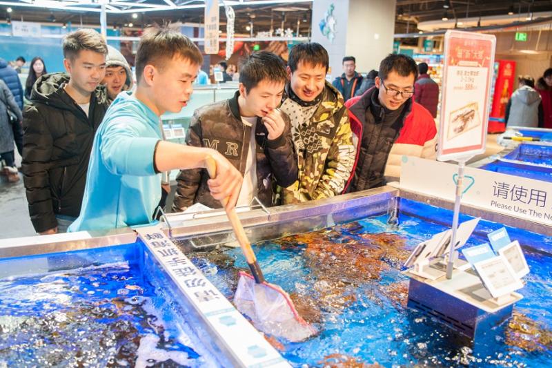 北京盒馬鮮生,消費者正選購新鮮海鮮產品。(作者提供)