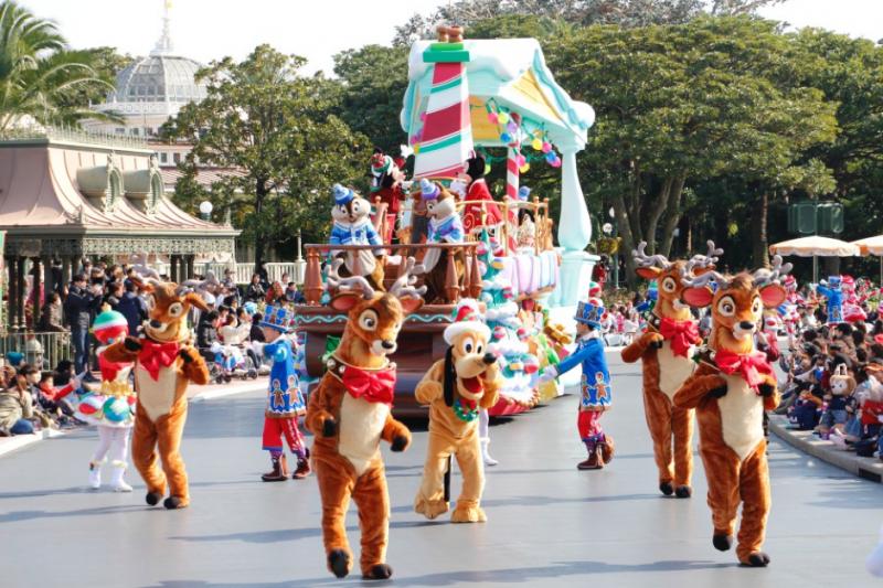 東京迪士尼樂園中的遊行活動,每天都會舉行兩次,且會隨著季節假日而改變表演內容,可說是樂園中最受歡迎的表演項目之一,圖為2016年時的聖誕版本大遊行。(圖/想想論壇提供)(圖/想想論壇提供)