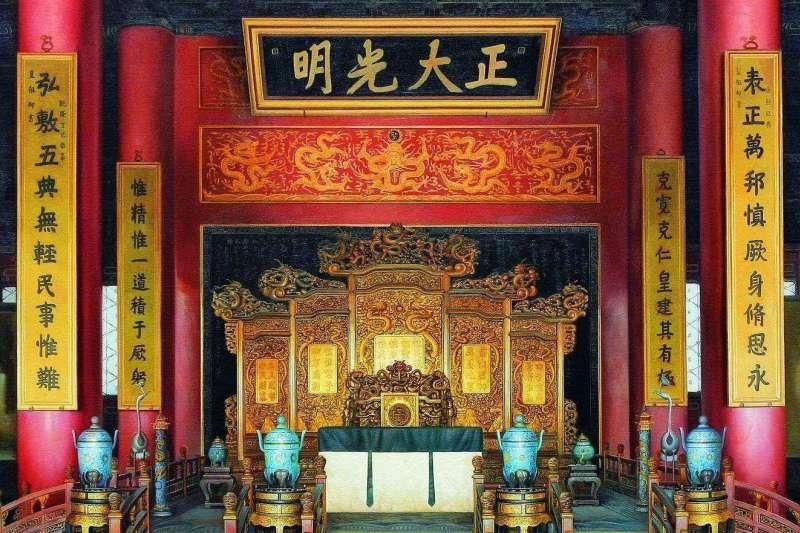 雍正帝曾經下詔建立「密儲制」,將皇位繼承人名字書寫一式二份,一份放在皇帝身邊,存放在乾清宮「正大光明」匾後面。(圖/取自百度百科)