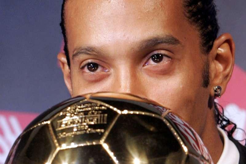2005年小羅納度獲頒國際足總金球獎。(美聯社)