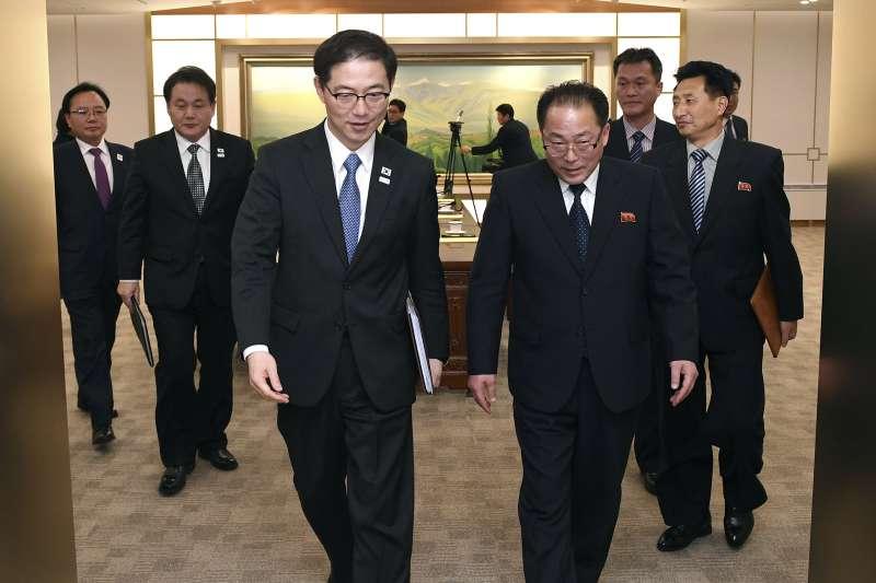南韓統一部次長千海成(左)與北韓祖國和平統一委員會副委員長田鐘秀(AP)