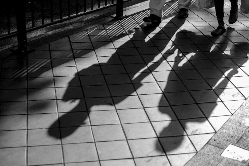 每個人都有自己不願意接受的「情緒陰影」,抓出陰影背後的形象,一起學習駕馭它變能成為自我拯救的一股力量。(示意圖/Joel Sow@flickr)