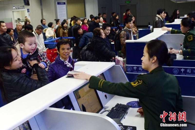 為了M503航線爭議,陸委會卡住176個航班約5萬名旅客的行程。(台胞春運資料照,中新網)