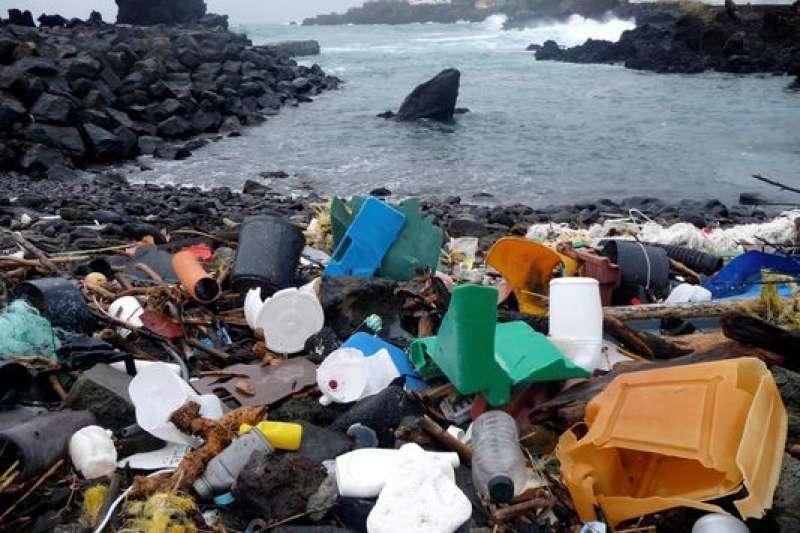 葡萄牙亞述群島海邊的塑膠垃圾。(美聯社)