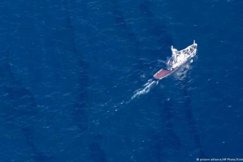 在東海海域爆炸的伊朗油輪「桑吉號」沉沒後,已有大量原油溢出並污染大片海域。(BBC中文網)