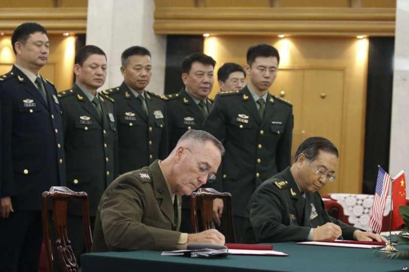 美軍參聯會主席鄧福德上將(前左)與中國中央軍委聯合參謀部參謀長房峰輝在北京簽署協議。(2017年8月15日)