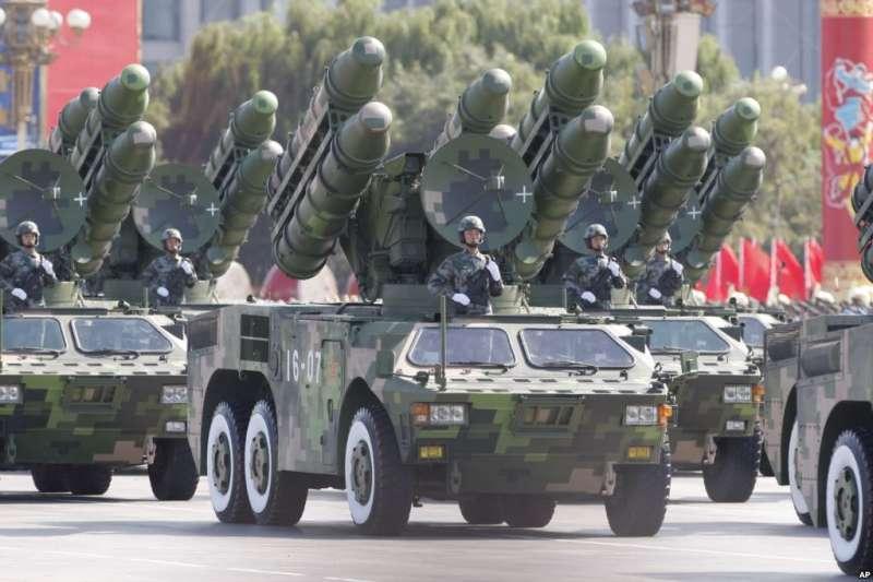 2009年10月1日,北京舉行慶祝中華人民共和國成立60週年閱兵。北京軍區司令員房峰輝是總指揮。(美國之音)