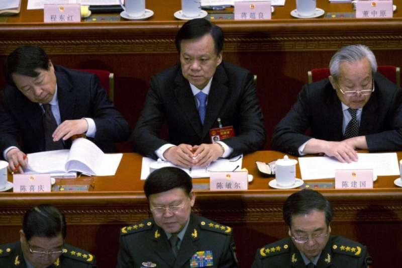 2017年3月5日,中共中央軍委政治工作部主任張陽(第一排,中)與聯合參謀部參謀長房峰輝(第一排,右)。(美國之音)