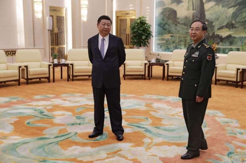 2017年8月17日,在北京人民大會堂,中國國家主席習近平和中央軍委聯合參謀部參謀長房峰輝等待會見美軍參謀長聯席會議主席鄧福德。(美國之音)
