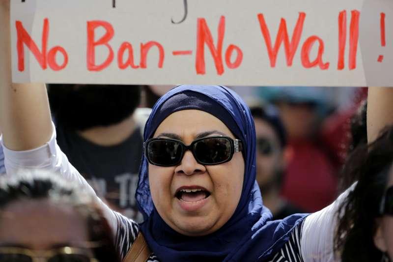 川普上台後針對穆斯林國家祭出旅遊禁令,引發強烈批判(AP)