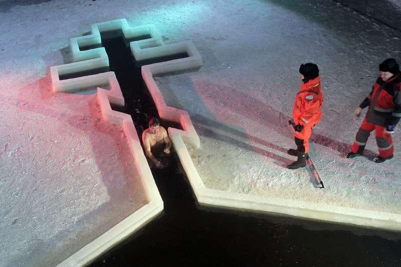 俄國的東正教徒在主顯節這一天會把自己泡在冰水裡。(美聯社)