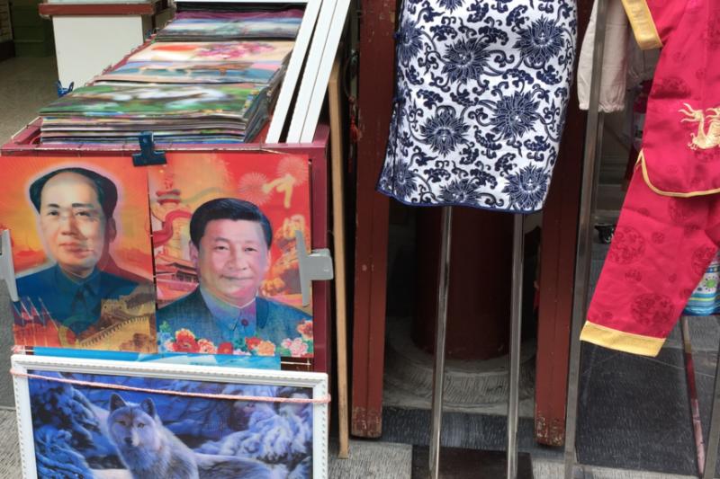中國街頭出售的面孔可以變換的毛澤東和習近平像。(美國之音)